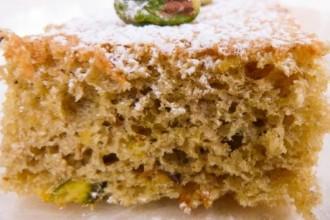 Un pan di Spagna con Pistacchi, farina d'orzo, cumino e tante uova.